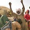 Des gendarmes tchadiens fouillent des réfugiés arrivés du Darfour (Soudan).