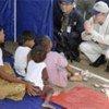 潘基文与缅甸灾民交谈