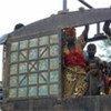 Des réfugiés de la République centrafricaine dans un camion les amenant au camp de Moula, au Tchad, en mai 2008.