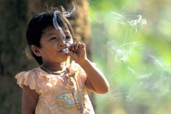 Una niña fumando. Actualmente, se estima que hay 1100 millones de fumadores en todo el mundo.