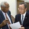 Le Secrétaire général de l'ONU Ban Ki-moon (à droite) discute avec le Sous-secrétaire général aux affaires politiques, Haile Menkerios.