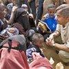 Le Haut Commissaire des Nations Unies pour les réfugiés, Antonio Guterres, discute avec des réfugiés somaliens à Dadaab (Kenya).