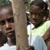 Enfants haïtiens attendant devant un centre de distribution dans une petite ville près de Port-de-Paix, au nord d'Haïti.