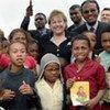 La directrice de l'UNICEF, Ann Veneman, avec des enfants à Madagascar.