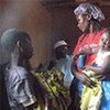 Une femme angolaise et ses enfants rendent visite à une équipe de l'UNICEF.
