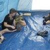 Des déplacés géorgiens dans une tente du HCR à Gori, lors du conflit en 2008.
