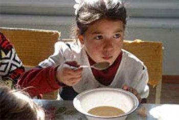 В Таджикистане недоедают 30 процентов населения. Таджикская девочка получает помощь в рамках проекта ООН