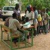 Des gens attendant de se faire vacciner contre la méningite au Burkina Faso.