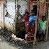 Une famille à Leogane, une ville touchée par le cyclone Gustav.