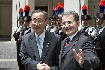 L'ex-chef de gouvernement italien Romano Prodi (à droite) avec le Secrétaire général de l'ONU, Ban Ki-moon.