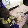 Une infirmière procède à un test pour le paludisme.