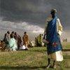 Une femme attend des rations alimentaires d'urgence.