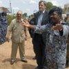 Alain Le Roy rencontre des membres de la nouvelle Unité conjointe de police intégrée lors de sa visite au Soudan.