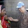 Le Secrétaire général Ban Ki-moon rencontre des victimes d'inondations au Bangladesh (novembre 2008).