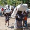 Distribution de rations alimentaires par le PAM dans un camp de personnes déplacées au Nord-Kivu.