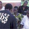 Un agent de santé conseille des femmes sur les traitements du VIH/sida