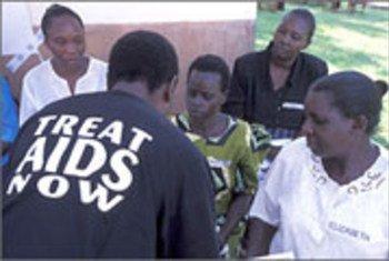 Mhudumu wa afya akiwapatia ushauri nasaha wanawake kuhusu matibabu dhidi ya Virusi Vya UKIMWI, VVU na UKIMWI