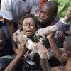 Une survivante sauvée des décombres d'une école qui s'est effondrée en Haïti (7 novembre 2008).
