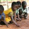 Les enfants zimbabwéens jouent à l'extérieur de leur salle de classe.