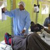 Un médecin d'une ONG dans un centre de traitement du choléra à Harare.