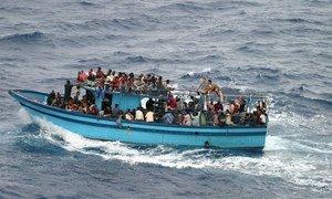 Un bateau transportant des demandeurs d'asile et des migrants en Méditerranée.