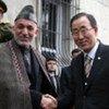 Le Secrétaire général Ban Ki-moon avec le Président afghan Hamid Karzaï lors d'une précédente visite en Afghanistan.