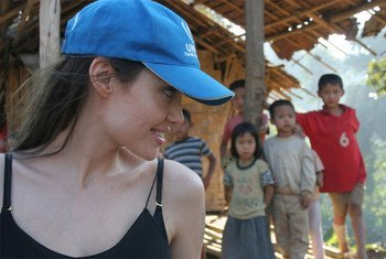 UNHCR Goodwill Ambassador Angelina Jolie shares a laugh with Karenni refugee children in Ban Mai Nai Soi camp in northern Thailand during a one-day visit (February 2009).