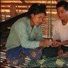 Une infirmière procède à un test pour le paludisme sur un homme au Cambodge.