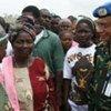 Le général Abu Tayeb Muhammad Zahirul Alam rencontre des habitants de Maimu, dans la province de Bong.
