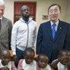 Le Secrétaire-général de l'ONU Ban Ki-moon (d), Billl Clinton (g) et le chanteur Wyclef Jean.