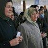 Des femmes iraquiennes attendent pour pouvoir voter.