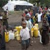 Des enfants attendent pour de l'eau dans le camp de Mugunga, au Nord Kivu (Septembre 2007).