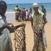 Des pêcheurs de la Corne de l'Afrique réparent leurs filets.