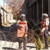 Des démineurs à la recherche de restes d'engins explosifs, au point de passage de la rue Ledra à Chypre.