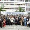 Des employés devant le Tribunal pénal international pour le Rwanda, à Arusha (Tanzanie).