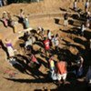 Une communauté près d'Ifotaka, dans le sud de Madagascar, construit un bassin pour recueillir les eaux de pluies.