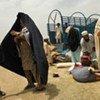 Une famille déplacée arrive dans un nouveau camp à Sugar Mill, dans le district de Charsadda, au Pakistan.