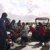 Des travailleurs humanitaires distribuent de la nourriture à des migrants dans la région de Calais, en France.