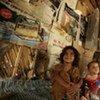 Des enfants iraquiens déplacés dans un abri de fortune à Bagdad.