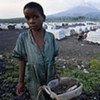 Une fillette recueille du bois dans un camp de déplacés dans l'est de la RDC.