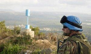 """Un casque bleu de la FINUL le long de la """"Ligne bleue"""" à la frontière entre le Liban et Israël."""