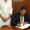 Susan Rice, Représentante permanente des Etats-Unis auprès de l'ONU signe la Convention de l'ONU relative aux droits des personnes handicapées