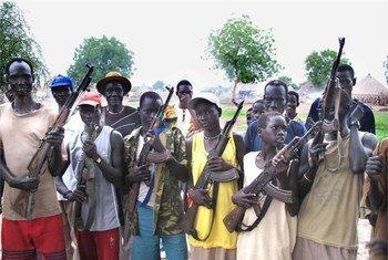 Des membres d'un groupe armé à Akobo, dans l'Etat du Jonglei (Sud-Soudan)