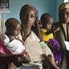 Des femmes viennent faire vacciner leurs enfants contre la rougeole, dans le nord du Nigéria.