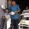 Une femme iraquienne reçoit une ration alimentaire.