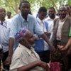 Le Haut commissaire aux réfugiés, Antonio Guterres discute avec un réfugié dans le camp de Hagadera à Dadaab (Kenya) lors d'une visite en 2009.