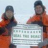 2009年9月1日,潘基文秘书长与当时还担任挪威环境部长的索尔海姆在挪威北极冰圈附近共同举牌,呼吁世界为应对气候变化通过新协定。联合国图片