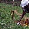 工作人员清理地雷
