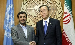 Le Secrétaire général Ban Ki-moon (à droite) avec le Président iranien Mahmoud Ahmadinejad.