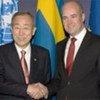 Le Secrétaire général Ban Ki-moon avec le Premier ministre de Suède Fredrik Reinfeldt.